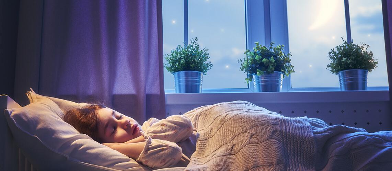 Träum schön: Mädchen schläft im Bett