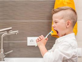 Zahnputzlieder Kind singt mit Zahnbürste